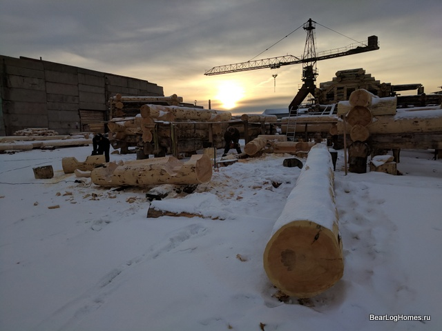 At the production base in Khakassia log houses are cut in any frost