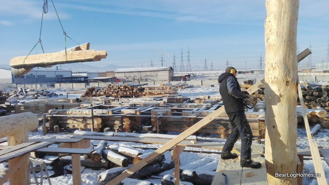 The installation of a log column on the production of Medvezhiy Log in Khakassia