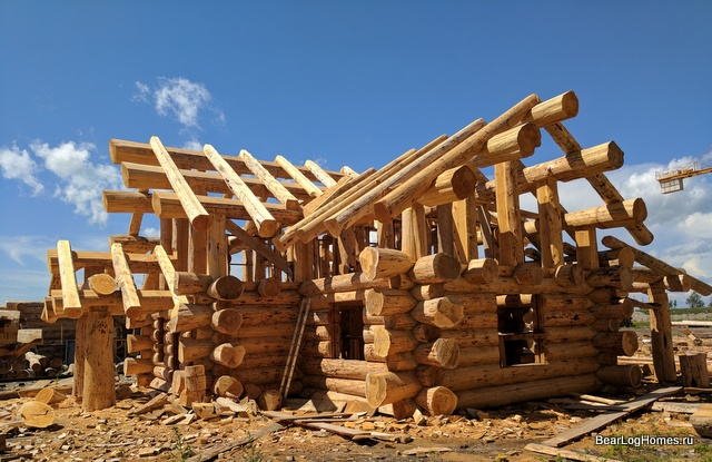 Felling log hybrid style. Walls in the Canadian bowl, roof post and bim